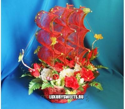 Корабль из конфет Алые паруса цветочный
