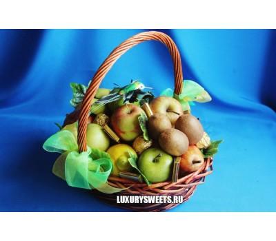 Корзина с фруктами и конфетами Свежесть 3