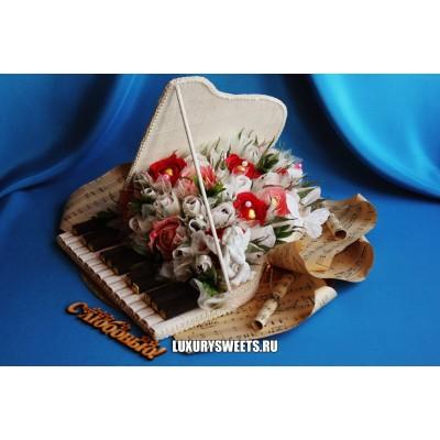 Композиция из конфет Старинный, белый рояль