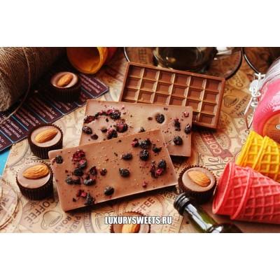 Молочный шоколад ручной работы с добавлением черники и малины 50 г