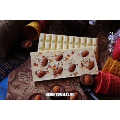 Белый шоколад ручной работы с добавлением миндаля и карамели 100 г
