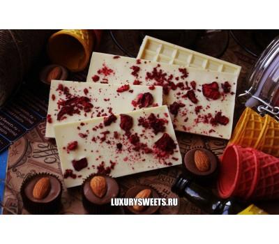 Белый шоколад ручной работы с добавлением вишни и клубники 50 г