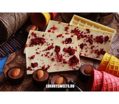 Белый шоколад ручной работы с добавлением вишни и клубники 100 г