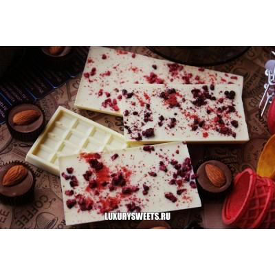 Белый шоколад ручной работы с добавлением малины и клубники 50 г