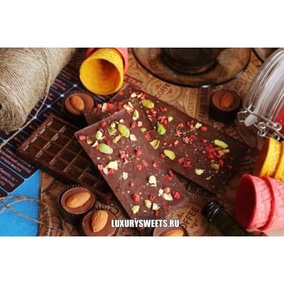 Тёмный шоколад ручной работы с добавлением клубники и фисташек 50 г