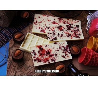 Белый шоколад ручной работы с добавлением малины и клубники 100 г