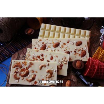 Белый шоколад ручной работы с добавлением орешков и карамели 50 г