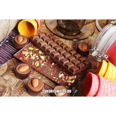 Тёмный шоколад ручной работы с добавлением клубники и фисташек 100 г